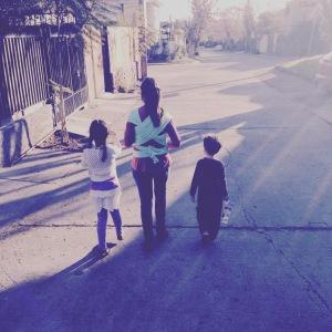 Con mis 3 niños en el puerperio. Fular color menta regalo de Apego Fulares
